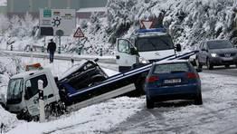 Accidente de una gr�a que llevaba un coche en la carretera de Monforte a Lugo, entre Noceda y el alto de Oural. FOT�GRAFO: ROI FERNANDEZ