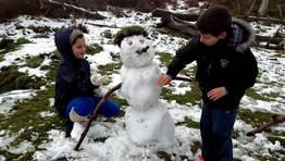 Dos ni�os hacen un mu�eco de nieve en A Lama. FOT�GRAFO: Capotillo