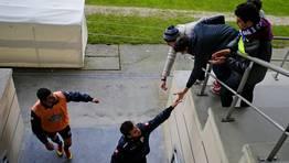 Nélson Oliveira y Bruno Gama saludan a los aficionados en el entrenamiento del lunes. FOTÓGRAFO: M. MARRAS