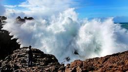 Fuerte marejada en Touri��n (Mux�a), donde las olas alcanzaron los seis metros de altura. FOT�GRAFO: ANA GARCIA