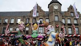 Carroza inspirada en la pol�mica de las Pussy Riot en el carnaval de Dusseldorf (Alemania). FOT�GRAFO: HENNING KAISER | Efe