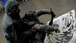 Fueron muchos los que pasaron por la ba�era llena de barro en la plaza da Picota FOT�GRAFO: Pablo Araujo