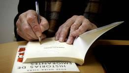 Las manos de Xose Neira Vilas firamando uno de sus libros en Palas de Rei FOT�GRAFO: OSCAR CELA