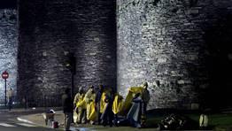 Un equipo de operarios realiza en plena noche labores de limpieza en los muros de la Muralla romana. FOT�GRAFO: OSCAR CELA