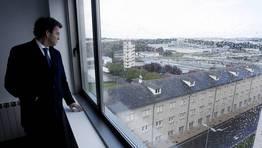 Nu�ez Feij�o elogi� las vistas a trav�s de los grandes ventanales de las viviendas sociales de Garabolos. FOT�GRAFO: ALBERTO L�PEZ