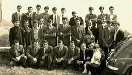 Alumnos y exalumnos de la escuela de Santo Tom�, en O Valadouro, en el d�a de homenaje a la maestra do�a Mercedes. A�o 1967 FOT�GRAFO: Cedida por Jos� Manuel Rouco