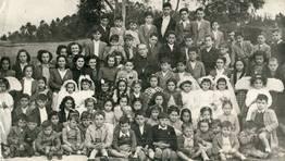 D�a de primeras comuniones en Alaxe (O Valadouro); ni�os y j�venes, con el p�rroco don Eulogio.  A�o 1949 FOT�GRAFO: Cedida por Jes�s Pardeiro