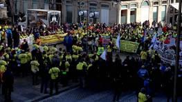 Manifestación de preferentistas y emigrantes retornados en Vigo / Discurso en la Porta do Sol FOTÓGRAFO: PITA