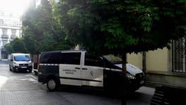 Las leyes no deben de ser iguales para todos.Veh�culo de la Guardia Civil aparcado en una calle peatonal del centro de Lugo, probablemente,  mientras  los agentes entraban en la delegaci�n de Hacienda, seguramente a  entregar las diligencias de embargos de infractores comunes que, a  diferencia de ellos, no�pueden aparcar donde estimen  conveniente. FOT�GRAFO: ISIDRO FERN�NDEZ