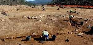Los arqueólogos analizaron en octubre el terreno próximo a la mámoa de O Valouco, por donde pasará la autovía, y ahora elaboran el informe.