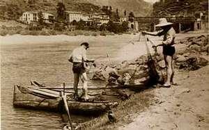 Fotograf�a antiga de dous pescadores preparando redes de pesca no r�o Mi�o, augas abaixo da ponte dos Peares