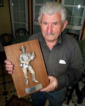 Jos� Taboada, na s�a casa cun trofeo de pesca