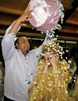 Sinaí Jiménez baña a la novia en almendras, símbolo de pureza