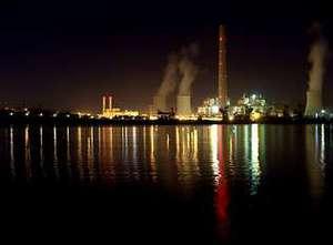 Insólita vista nocturna del lago con la central térmica, iluminada, al fondo. SOLEDAD SOUTO
