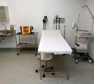 Sala de urgencias, con camilla y desfibrilador.