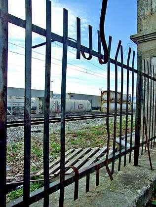 Un arsenal químico junto al tren