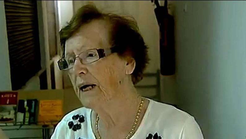 Cecilia Jim�nez, atendiendo a las c�maras de TVE TVE