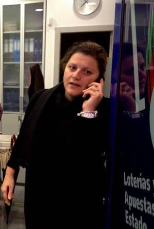 María Eirís, de la Lotería Alexandra de Carballo, que vendió dos décimos del 76.058 .