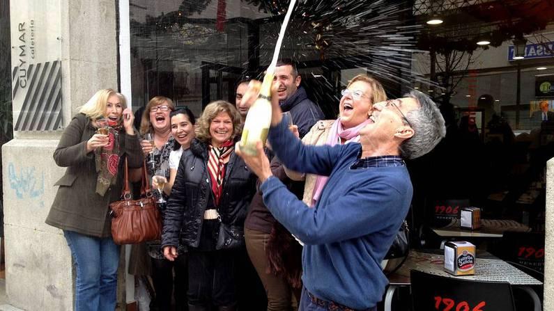 Clientes y due�o de la cafeter�a Cuimar de Vigo celebran el quinto premio. Alejandro Martinez