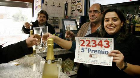 Cristina Casasempere brinda con clientes del bar Central por los dos décimos del quinto premio vendidos en este establecimiento de San Clodio ROI FERNANDEZ