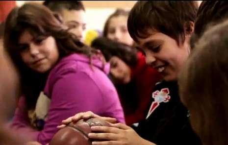 Le envió dos balones firmados a los escolares.