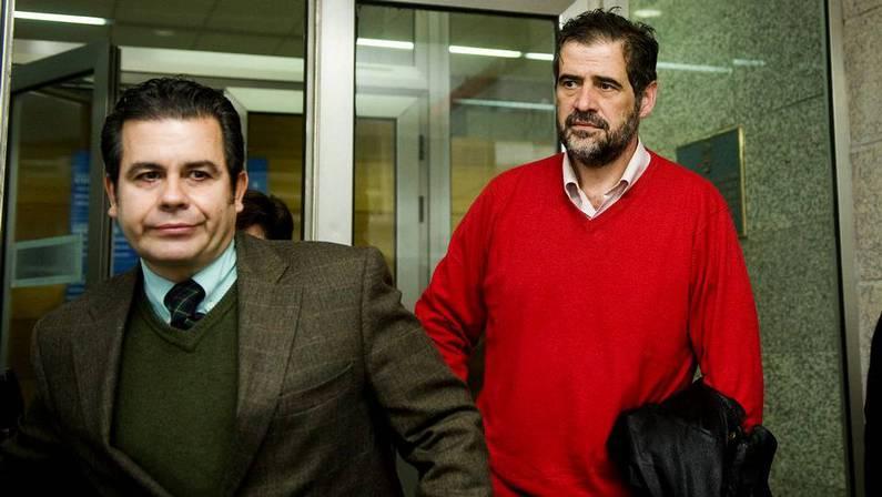 Castrill�n (derecha), a la salida del juzgado ANGEL MANSO