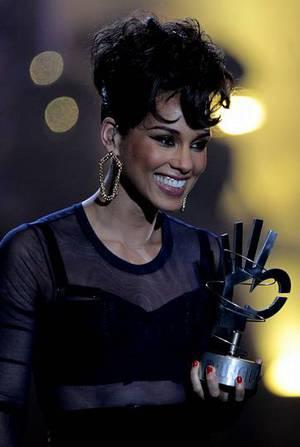 La cantante estadounidense Alicia Keys tras ser galardonada como mejor artista y compositora estadunidense de la �ltima d�cada Alberto Mart�n | EFE