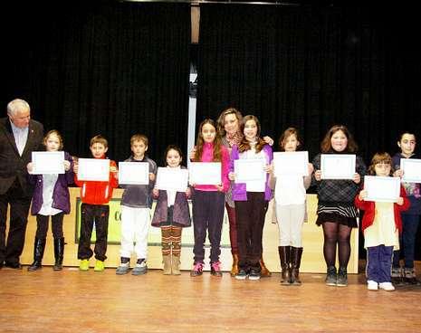 Los niños premiados en Outeiro, con el alcalde