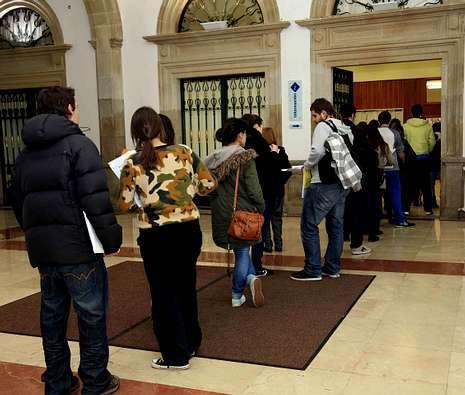 Colas ayer en la sede de la Diputación en Pontevedra antes del cierre del plazo, a las siete de la tarde.