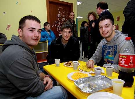 Amigos de la emprendedora (arriba, a la izquierda), empresarios que adecuaron el local y muchos niños se sumaron a la fiesta.
