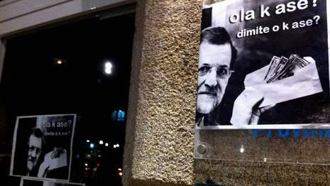 Carteles pegados esta tarde en la sede provincial del Partido Popular de Pontevedra L�pez Penide