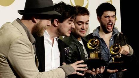 Mumford & Sons ganaron el mejor álbum del año por «Babel». JONATHAN ALCORN | REUTERS