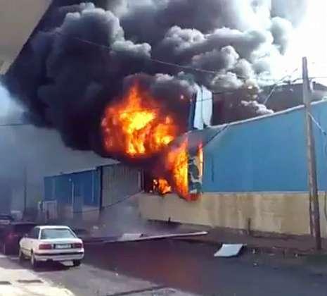 La imagen muestra la virulencia del incendio que se produjo tras la explosión en la fábrica.