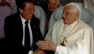 El papa charlando distendidamente con Francisco V�zquez en el avi�n de camino de Espa�a.