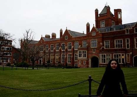 Elena Moretón posa esta semana en el patio interior de la Queen?s University of Belfast.