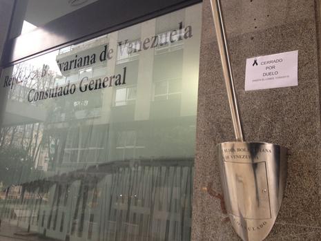 Un cartel en el consulado de Venezuela en Vigo anuncia que las oficinas estarán cerradas hasta el lunes 11 E.V.PITA