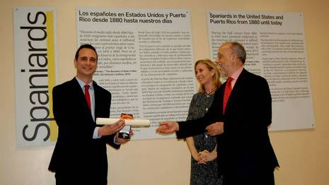 El presidente de la Casa de Galicia en Nueva York, Marcos Roel, recibe la medalla de Oro de la Emigración. Jessica Sieira
