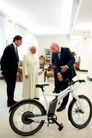 El Papa en bici eléctrica
