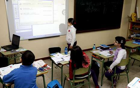 Universitarios En Pupitres De Ni Os De 11 A Os