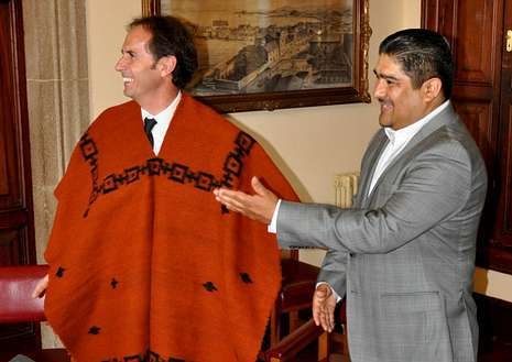 Fole viste el zarape, poncho con el que le obsequió el alcalde de Colón.