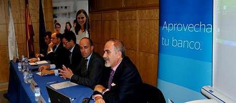 Los directivos del BBVA en la jornada, acompa�ados de Jaime L�pez, secretario de la CEL.