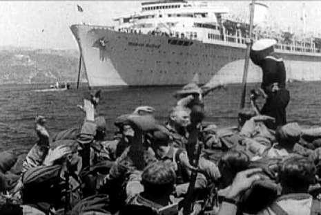 Soldados germanos en una barca en la ría de Vigo.