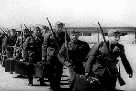 Soldados alemanes embarcando en el puerto vigués.