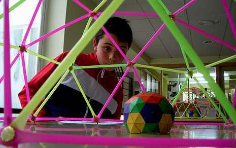 Los alumnos de los distintos cursos de la ESO del Laxeiro aprendieron a construir cúpulas geodésicas.