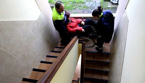 Ana María Barcia ayudada a bajar las escaleras
