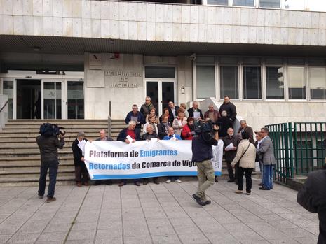 Protesta de los emigrantes retornados ante Hacienda en Vigo E.V.PITA