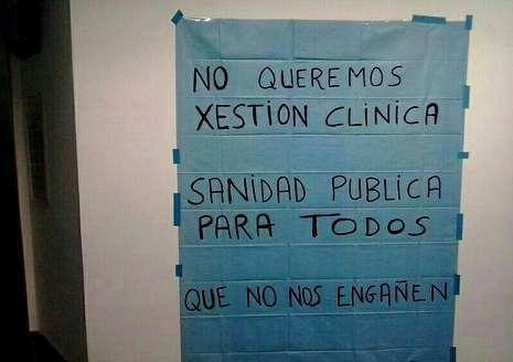 Cartel contra el nuevo modelo en la puerta del Hospital A Coruña.