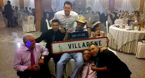 Foto de una boda de un grupo de As Pontes en un restaurante de Vilalba con un cartel, en Facebook