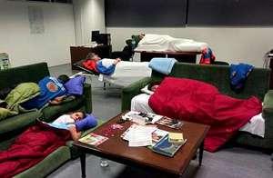 Hasta seis técnicos en emergencias sanitarias de Transa pasan la noche en la sede de la Xunta.