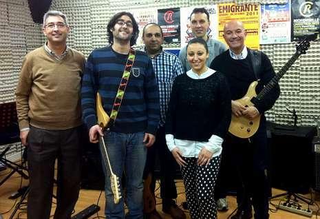 Estefanía Villar Periscal, con sus compañeros de The Cerne, ensayando en el local de Cances.